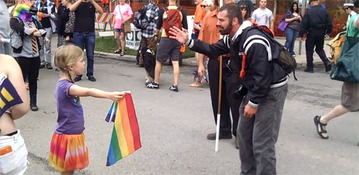 Malá holčička odmítla ustoupit homofobnímu křesťanovi, místo toho mu dala duhovou vlajku před obličej
