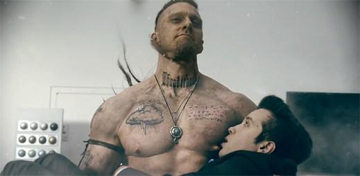 Video: Mohutný Viking dává sát ze svých legendárních bradavek obchodníkovi