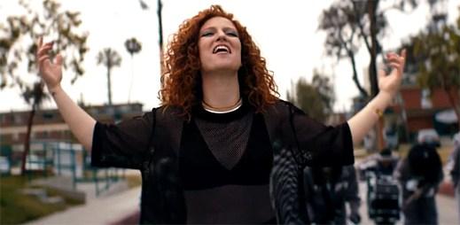 Jess Glynne dodá chlapci odvahu v inspirativním klipu Don't Be So Hard On Yourself
