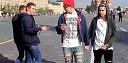 Šokující video: Co se stane, když se dva kluci drží za ruce v centru Moskvy
