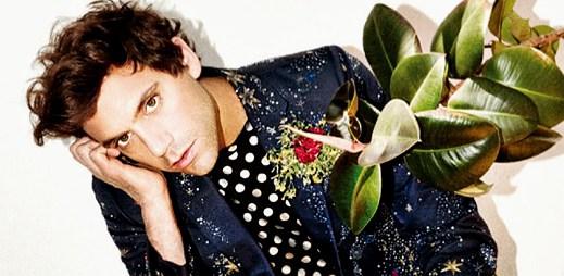 """Gay zpěvák Mika se postavil homofobii poté, co mu slovem """"teplouš"""" počmárali plakát"""
