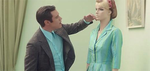 Will Young se vymaňuje z umělého světa figurín v euforickém klipu Joy