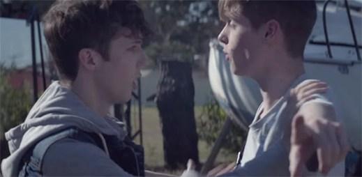 Srdcervoucí příběh pokračuje. Troye Sivan se rozchází se svým přítelem kvůli jeho otci v klipu Fools