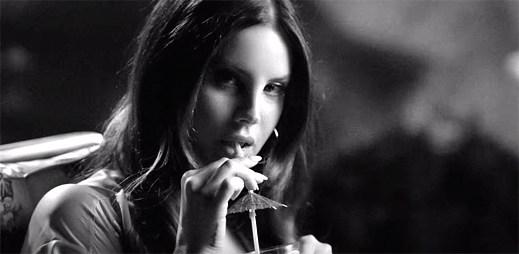 Zasněná Lana Del Rey pozoruje sexy kluky v klipu Music To Watch Boys To