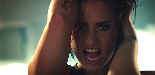 Demi Lovato má za úkol zničit herečku Michelle Rodriguez v klipu Confident