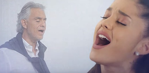 Nezvyklé pěvecké duo Andrea Bocelli a Ariana Grande v italské klasice E Più Ti Penso