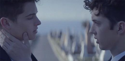 Troye Sivan přichází s nečekaným koncem gay příběhu Blue Neighbourhood v klipu Talk Me Down
