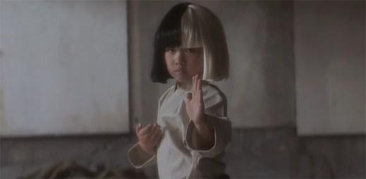 Sia: V novém klipu Alive předvádí své bojové umění malý čínský chlapec