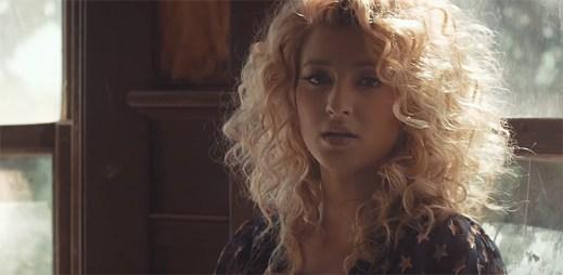 Tori Kelly bloudí v opuštěném domě, ve kterém ji doprovází nadpřirozené světlo v klipu Hollow