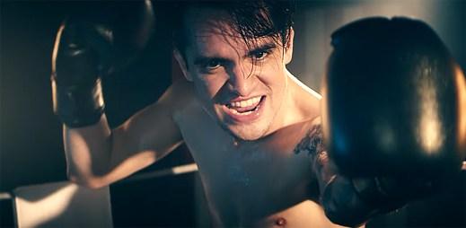 Panic! At The Disco dostanou za silnou vůli milion dolarů v klipu Victorious
