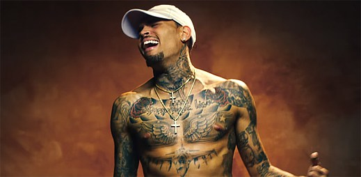 Chris Brown se po boji o holý život vrací ke své přítelkyni v klipu Back To Sleep
