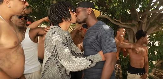 Co se stane, když se heterosexuální černoši nevědomě zapletou do gay videa, ve kterém se dva kluci políbí?