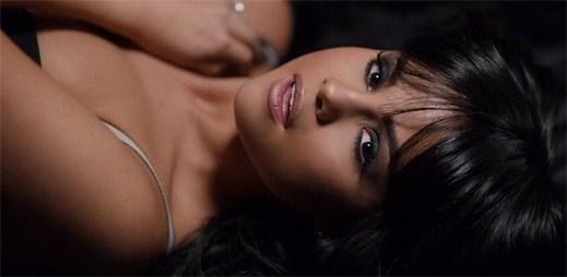 Smyslná Selena Gomez si představuje dokonalého muže v klipu Hands To Myself