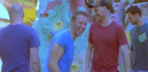 Pociťte uvolňující vibrace z klipu Birds od skupiny Coldplay