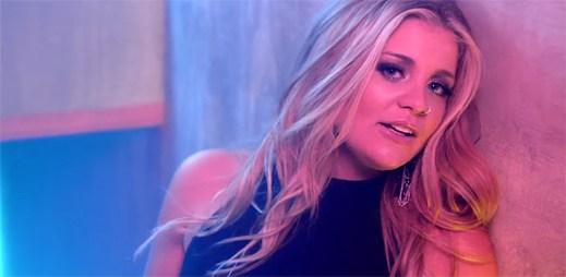 Lauren Alaina si vyhlídla sexy kluka v klipu Next Boyfriend