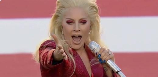 Lady Gaga zazářila s americkou hymnou na 50. ročníku Super Bowlu