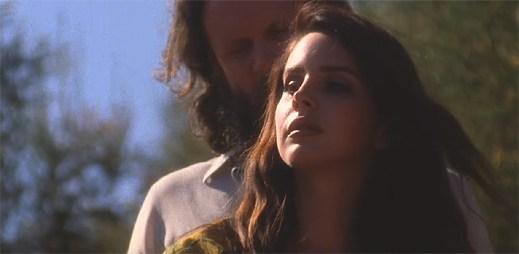 Lana Del Rey v opojení drog začne snít v klipu Freak