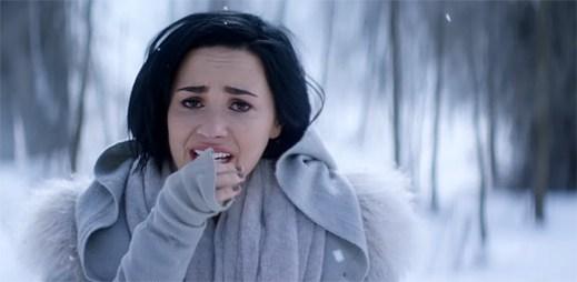 Demi Lovato bloudí po zasněžených horách v emocionálním klipu Stone Cold
