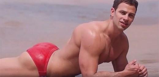 Vypracovaný fitness trenér Bryan Hawn ve videu ztvárňuje cover písně Hello od Adele