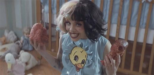 Melanie Martinez se objevuje v roli malé holčičky v brutálním klipu Cry Baby