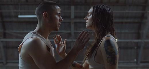 Nick Jonas se obává dalšího vážného vztahu v klipu Close