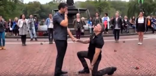 Gay video: Nečekaná žádost o ruku přímo v Central Parku