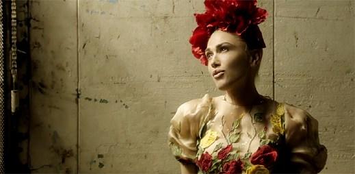 Gwen Stefani vás očaruje jako Frida Kahlo v klipu Misery