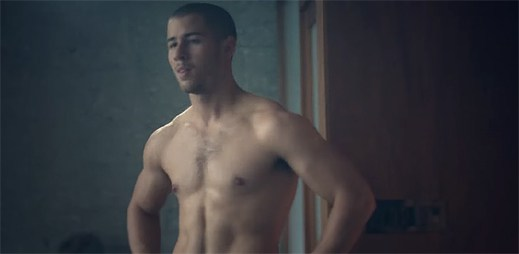 Nick Jonas ví, jak se usmířit se svou přítelkyní v klipu Under You