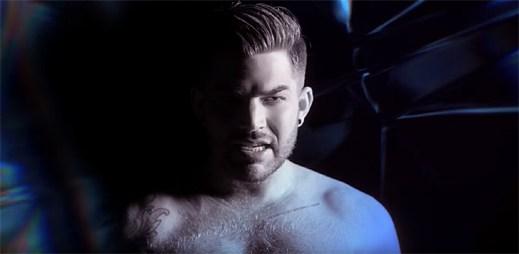 Adam Lambert odhazuje svou košili v klipu Welcome to the Show