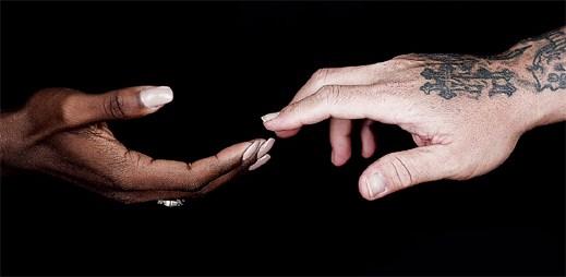 Desítky umělců spojili svůj hlas v písni Hands na počest gay obětí v Orlandu