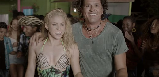 Carlos Vives a Shakira v klipu La Bicicleta projíždějí na kole slunné pláže