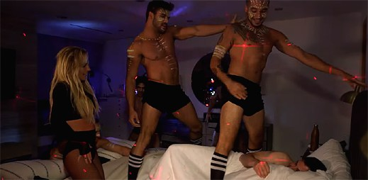 Britney Spears napálila známého moderátora. Přivedla k němu do postele polonahé sexy tanečníky!