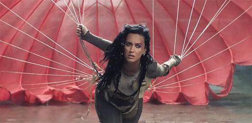 Katy Perry jde tvrdě za svým cílem v klipu Rise