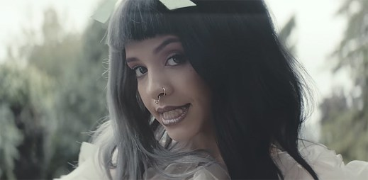 Melanie Martinez unáší mlsný vlk v klipu Tag, You're It a Milk And Cookies