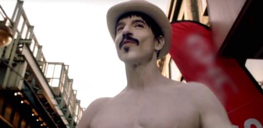 Red Hot Chili Peppers vydali nový klip Go Robot podle filmu Horečka sobotní noci