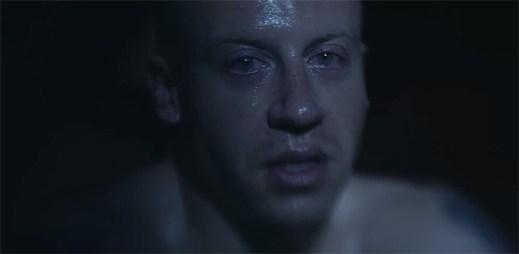 Macklemore vypráví o závislosti na drogách v klipu Drug Dealer