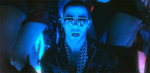 Opilý Nick Jonas pozoruje hezké holky v klipu Champagne Problems