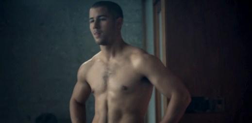 Hezounek Nick Jonas láká gaye na seriál Kingdom. Hraje v něm gay zápasníka MMA