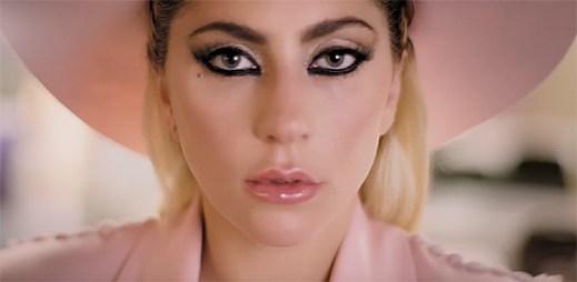 Lady Gaga rozbaluje překvapivý dárek v klipu Million Reasons