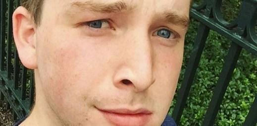 Gay student žaluje katolickou střední školu, protože mu nedovolila přivést přítele