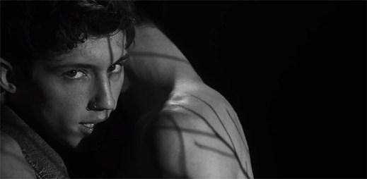 """Gay zpěvák Troye Sivan líbá tajemného kluka a podporuje LGBT komunitu v klipu """"Heaven"""""""