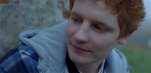 """Mladý Ed Sheeran prožívá bezstarostný život s přáteli v klipu """"Castle On The Hill"""""""
