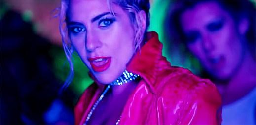 """Lady Gaga v novém bláznivém klipu """"John Wayne"""" přejíždí psa a zabíjí samu sebe"""