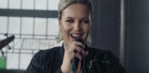 """Anne-Marie nazpívala nový singl """"Ciao Adios"""", který přichází po megahitu Rockabye"""