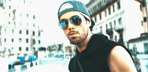 "Enrique Iglesias s průvodem fanoušků oslavuje hudbu v klipu ""Subeme La Radio"""