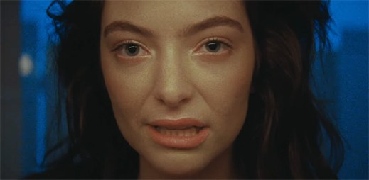 """Lorde zahání žal v ulicích města trhanými pohyby v klipu """"Green Light"""""""