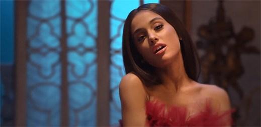 """Ariana Grande jako okouzlující rudá princezna v klipu """"Beauty and the Beast"""""""