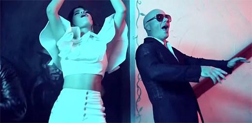 """Pitbull a Camila Cabello v klipu """"Hey Ma"""" vyráží do ulic oslavovat s místními lidmi"""