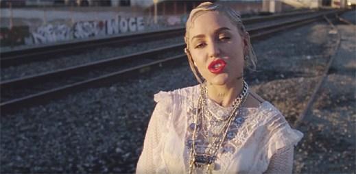 """Brooke Candy a Sia začínají žít svůj život naplno v klipu """"Living Out Loud"""""""