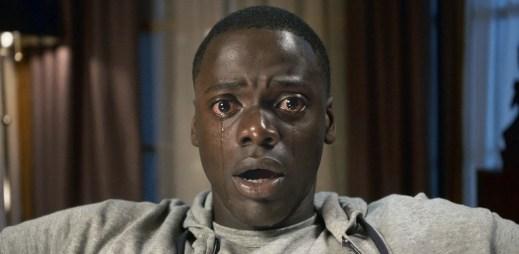 """Trailer k filmu """"Uteč"""": Že tě pozvali, ještě neznamená, že jsi vítán"""